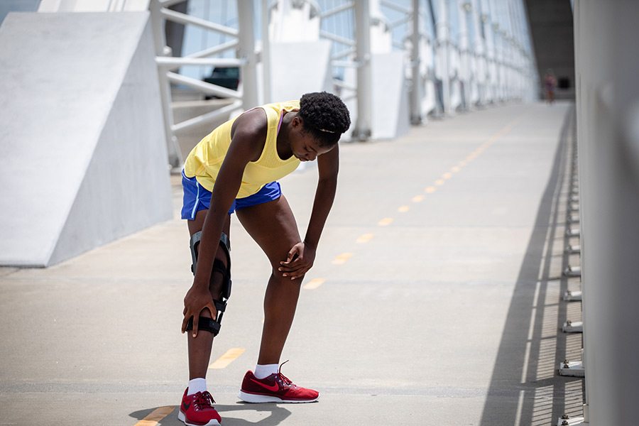 girl with knee pain